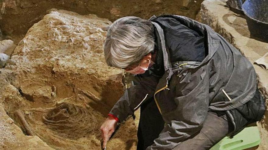 Troben 500 bales en un amagatall del s.XVIII a la basílica de Castelló d'Empúries