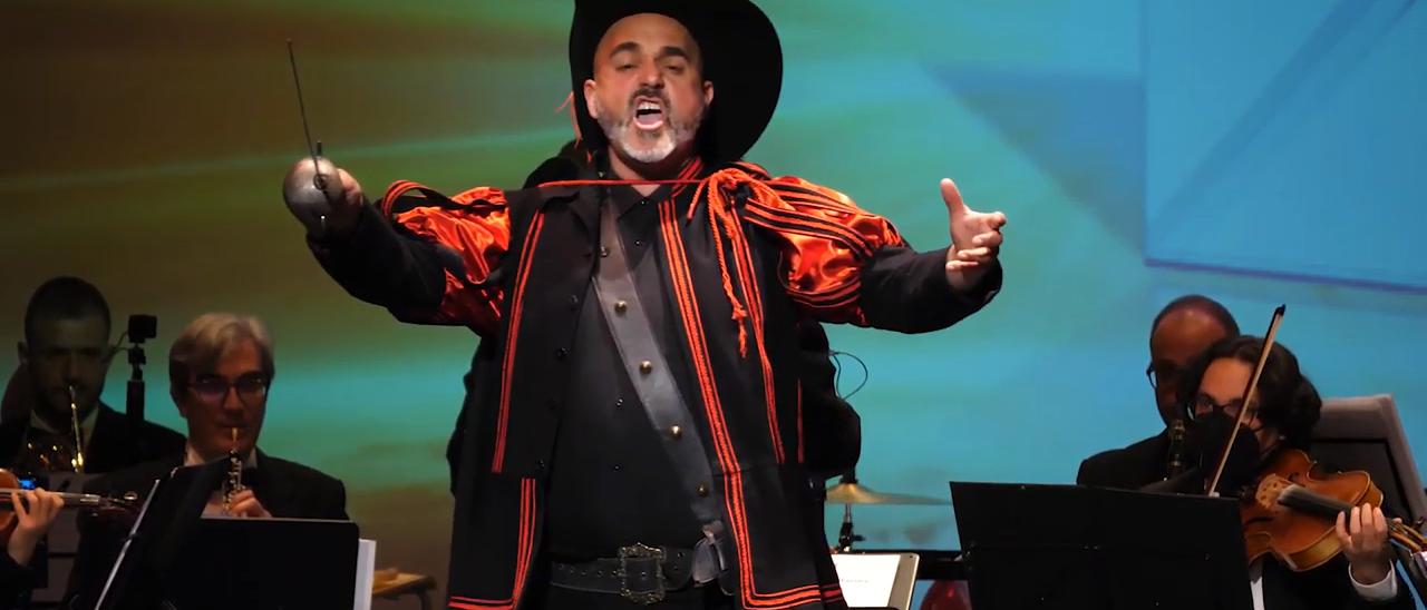 Javier Landete, durante el espectáculo de zarzuela que ofrece en la actualidad.   LEVANTE-EMV