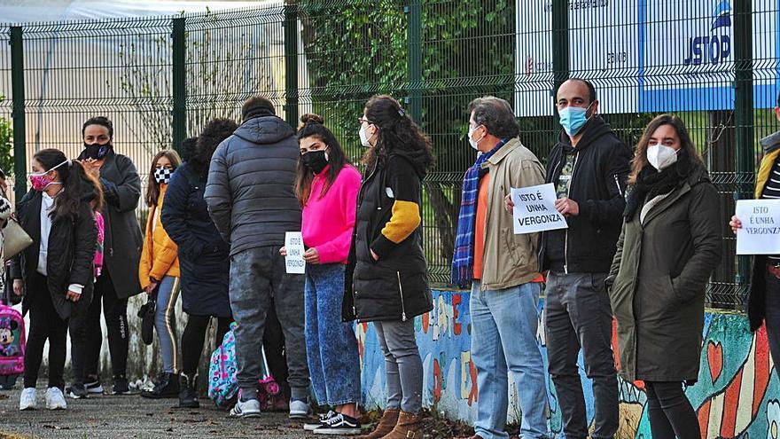 """Protesta en Valga porque los obreros de un colegio """"orinan y fuman"""" en el patio escolar"""