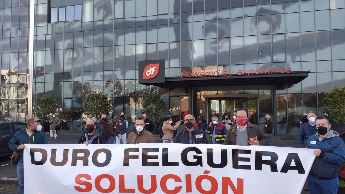 Archivo - Protesta de UGT y CCOO frente a la sede de Duro Felguera, en Gijón