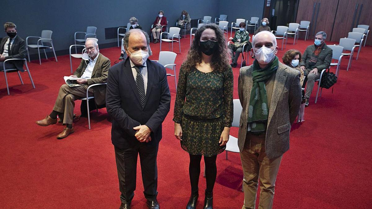 De izquierda a derecha, Juan Carlos Rodríguez-Ovejero, Gloria Araceli Rodríguez y Adolfo Domingo, ayer, en el Club  Prensa Asturiana de LA NUEVA ESPAÑA. | Miki López