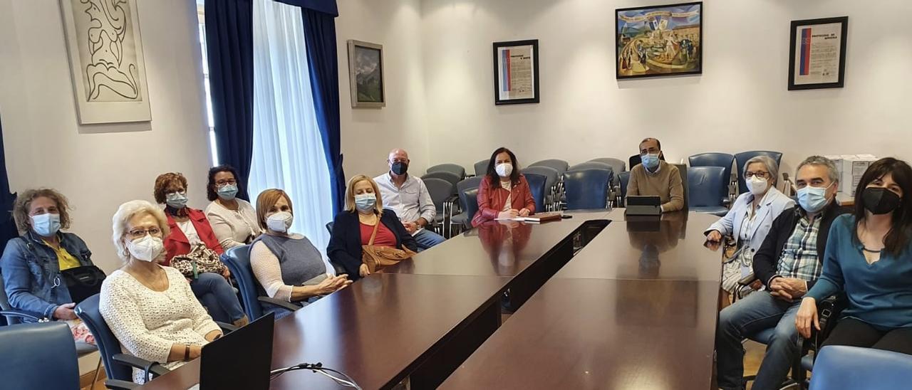 El alcalde, José Víctor Rodríguez, con la junta de gobierno del centro de mayores. | Rep. de T. C.