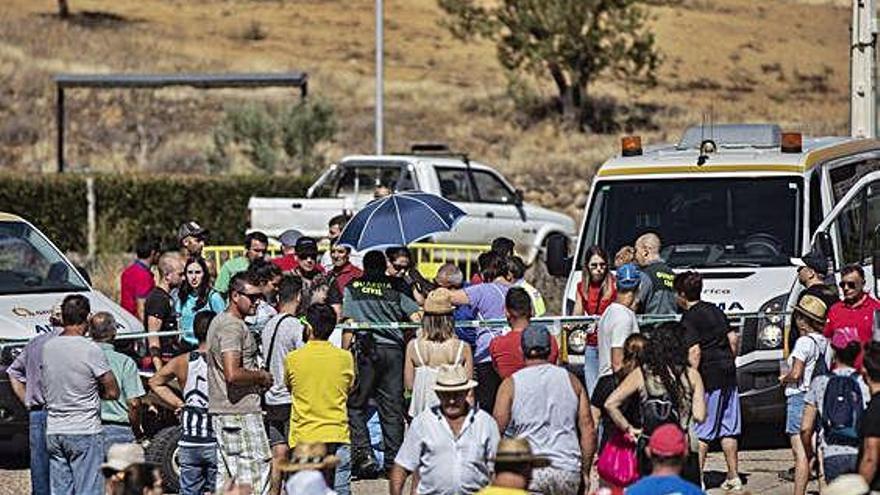 Dos agentes de la Guardia Civil prestando servicio ayer en Venialbo.