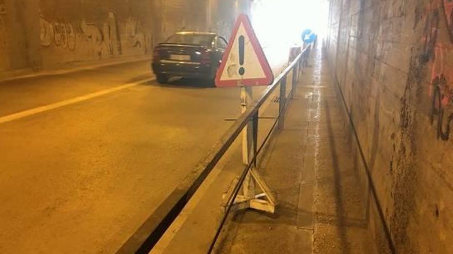 L'Ajuntament repara un tros de la barana del túnel del carrer de la Indústria