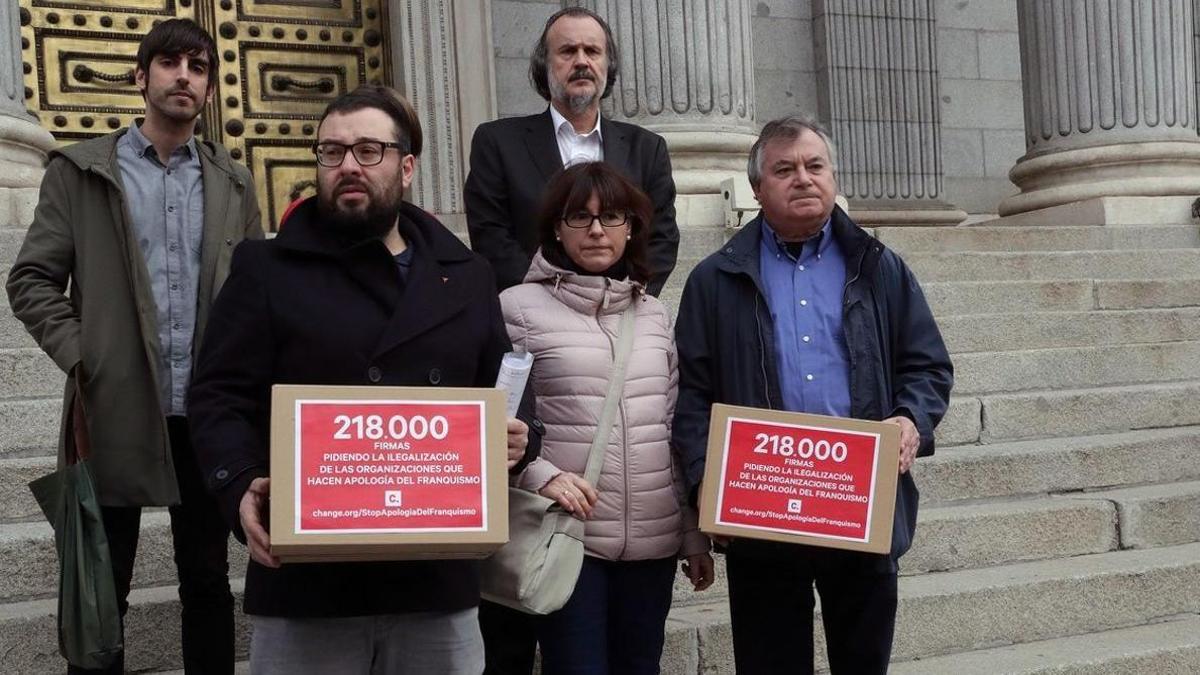 La Asociación para la Recuperación de la Memoria Histórica  entrega en el Congreso 218 600 firmas que reclaman la ilegalizacion de la Fundación Nacional Francisco Franco.