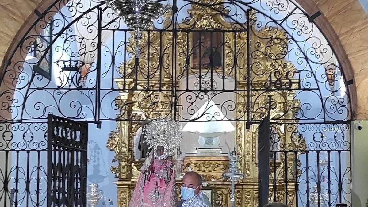 Momento en el que la patrona de Coria llega al interior del santuario, donde estará el resto del año