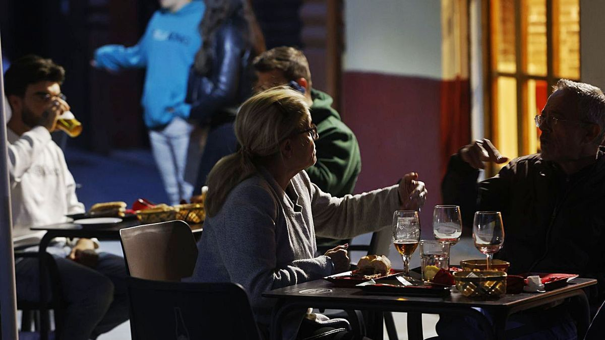 Diverses persones sopen en un restaurant valencià a la nit. | GERMÁN CABALLERO