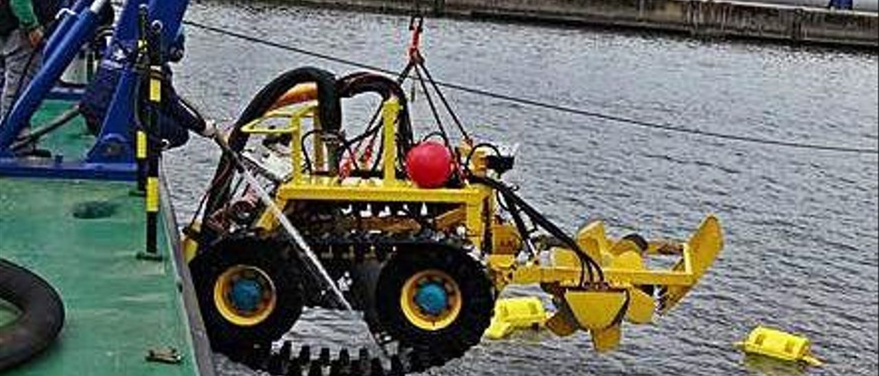 El robot submarino es extraído del agua en un puerto gallego.