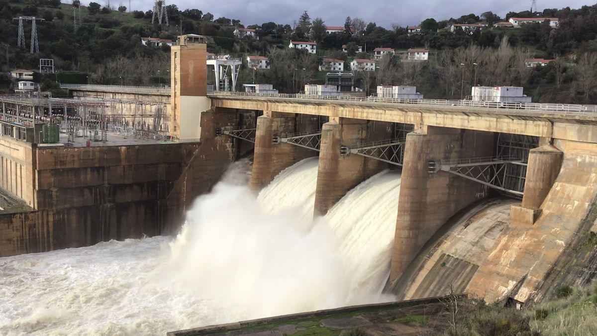 Abren las compuertas de la presa de Villalcampo, en Zamora.