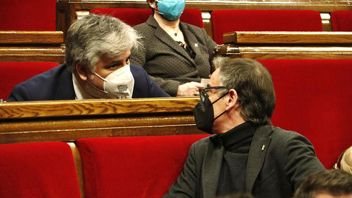 Albert Batet (JxCat) i Josep Maria Jové (ERC), parlant a l'hemicicle del Parlament    ACN