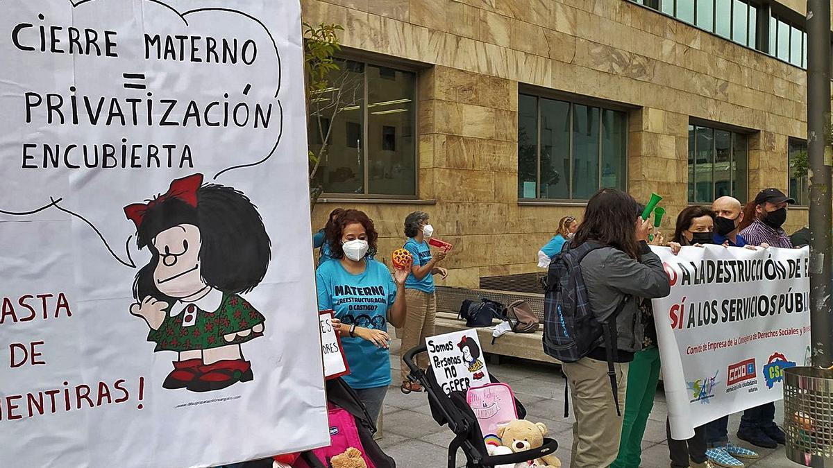 Protesta de los trabajadores del Materno Infantil ante la Consejería |