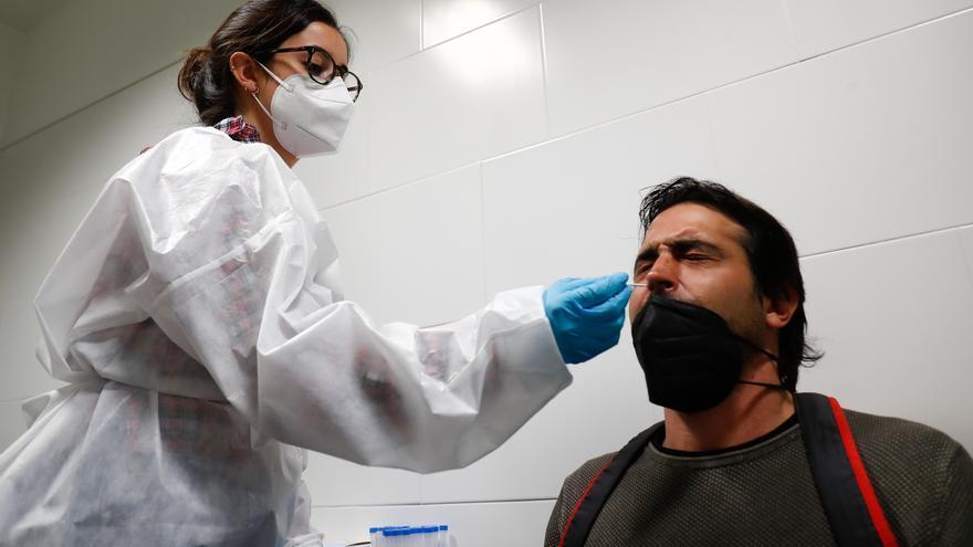 Andalucía sitúa su tasa por encima de 200 dos meses después, suma 1.806 casos de covid y cuatro fallecidos