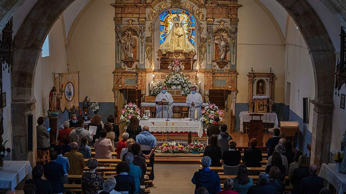 La Virgen del Viso preside el altar durante la misa mayor del lunes de Pentecostés en Bamba. | Jose Luis Fernández