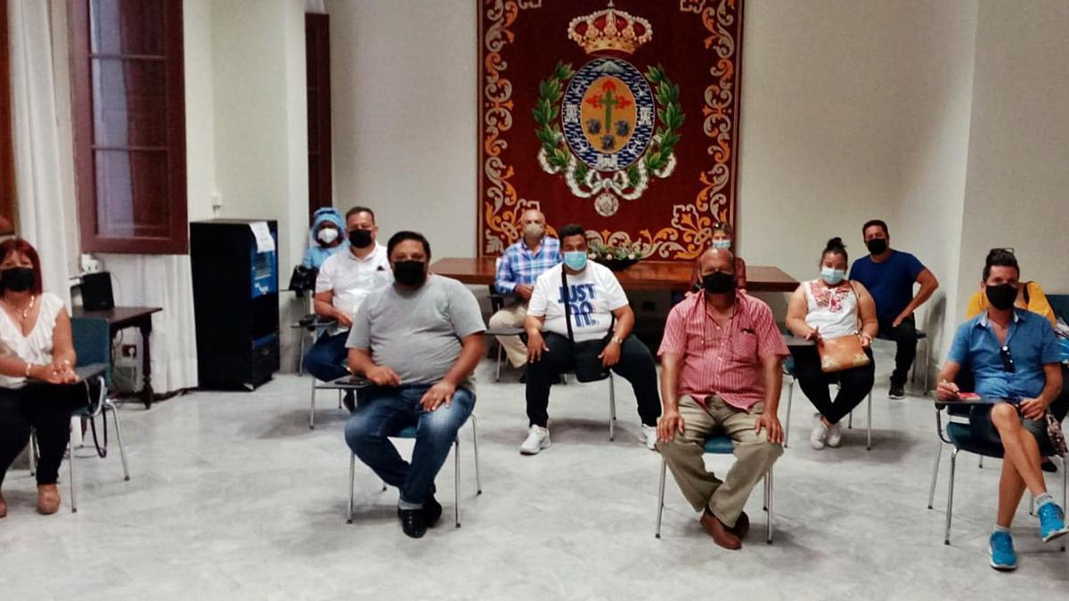Los representantes de la asociación de vendedores del rastro hicieron un frente común en la reunión celebrada la tarde del lunes. | | E.D.