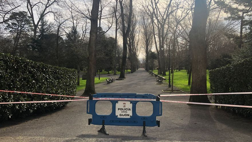 El viento obliga a cerrar los accesos al parque de Isabel la Católica