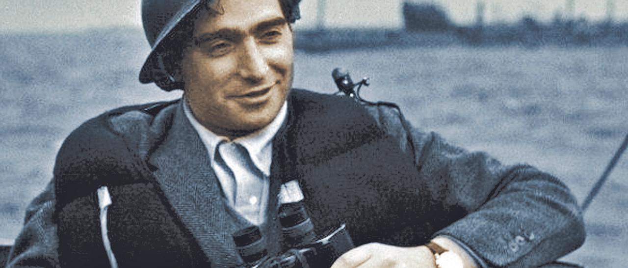 Robert Capa, a bordo de una de las barcazas que atacaron Normandia. // archivo fdv/agencia magnum