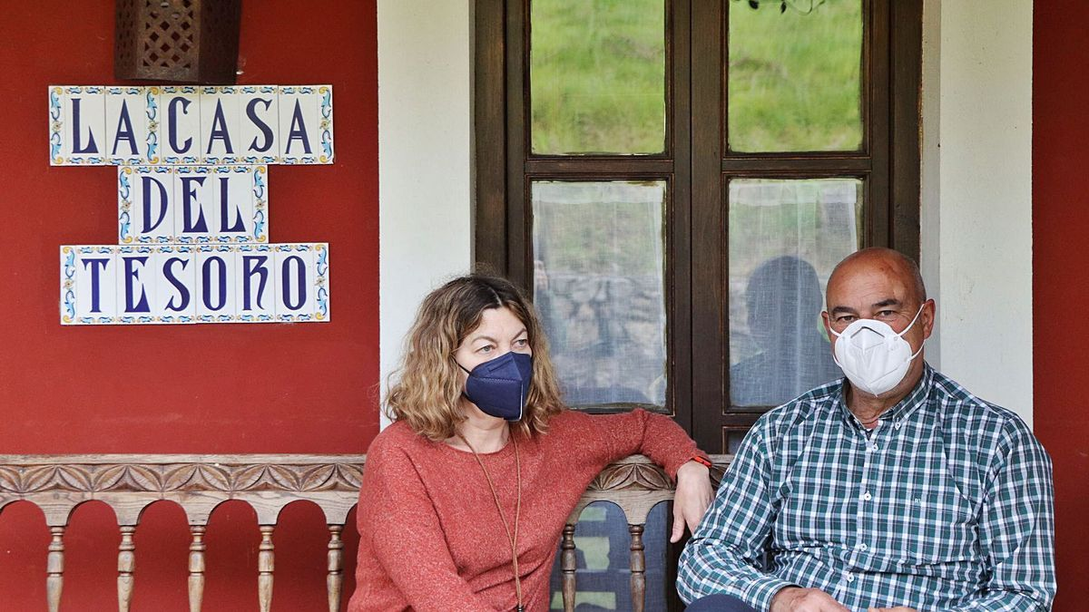 Jaime García y Eva Inclán, en el exterior de su establecimiento, en Triongo (Cangas de Onís). | A. Fernández