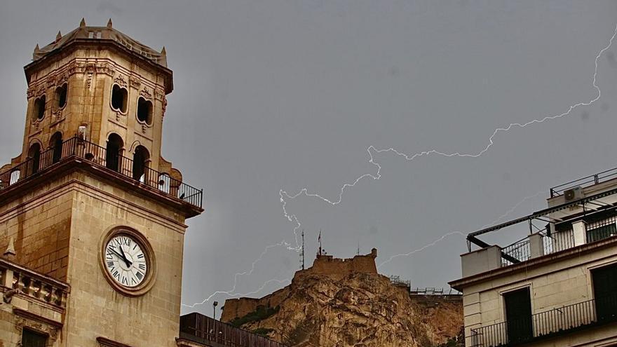 El tiempo en Alicante: una tormenta deja 10 litros/m2 y 100 rayos en hora y media