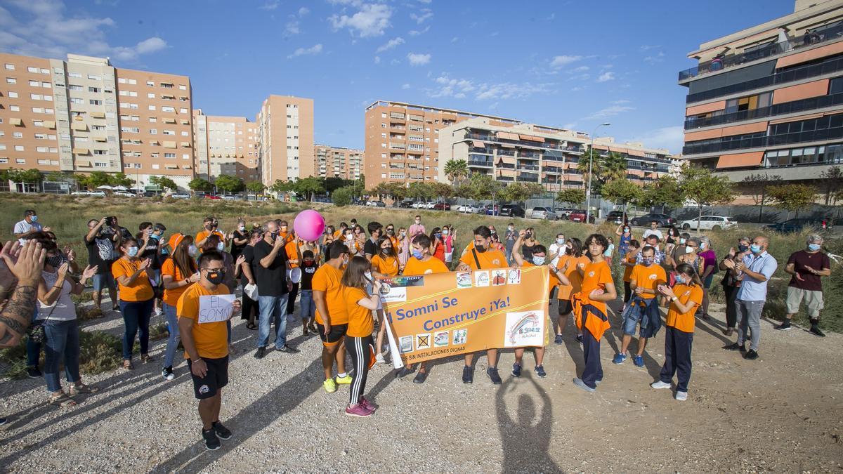 Un instante de la protesta que se desarrolló ayer sobre los terrenos que acogerán el futuro centro en el PAU 2 de Alicante.