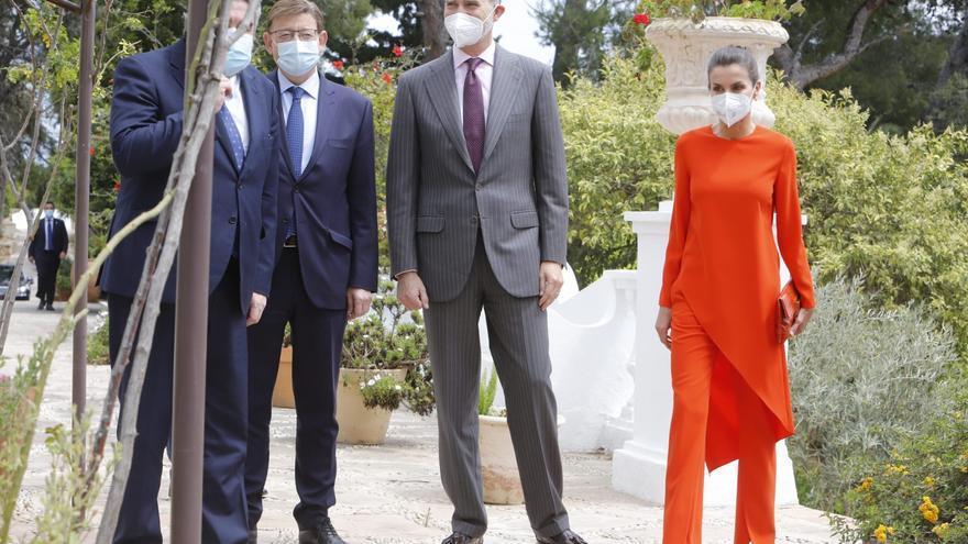 El vibrante look low cost de la reina en Oliva