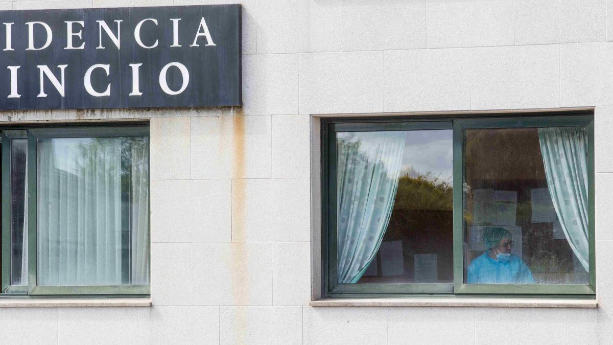 Una trabajadora de la residencia de O Incio, donde se han registrado dos de los fallecimientos. // EP