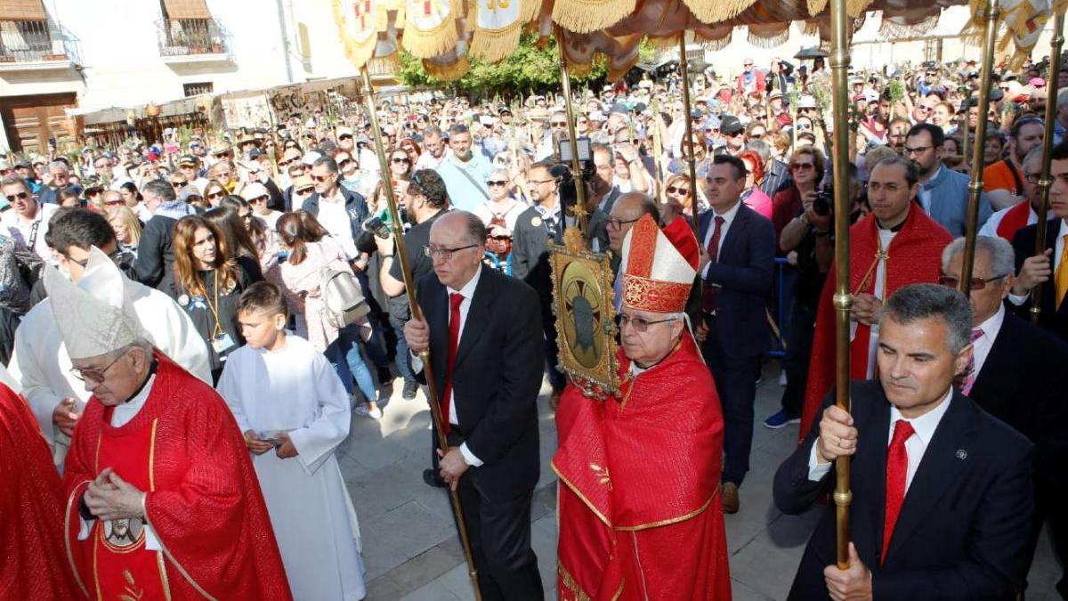 El obispo porta la Reliquia bajo palio durante la pasada celebración de la Santa Faz.