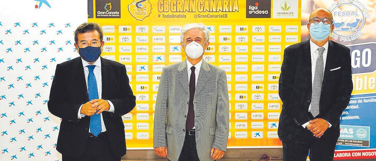 Juan Ramón Fuertes, de CaixaBank; Andrés Merino, del Banco de Alimentos; y  Enrique Moreno, del Gran Canaria.