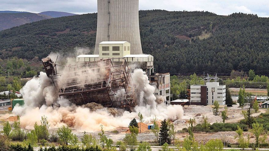 Demolida la central térmica de carbón de Anllares, en León