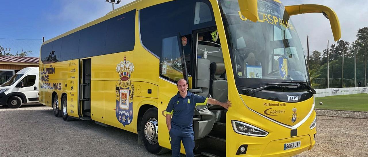 César Robledo, chófer de la UD Las Palmas en la Península, junto a la guagua antes de abandonar Marbella para poner rumbo al garaje de Asturias.     LP/DLP