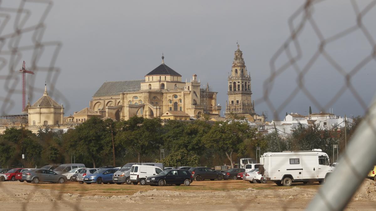 Imagen de la parcela de Miraflores, donde Riff Producciones quiere levantar su auditorio, con la imagen de la Mezquita-Catedral al fondo.