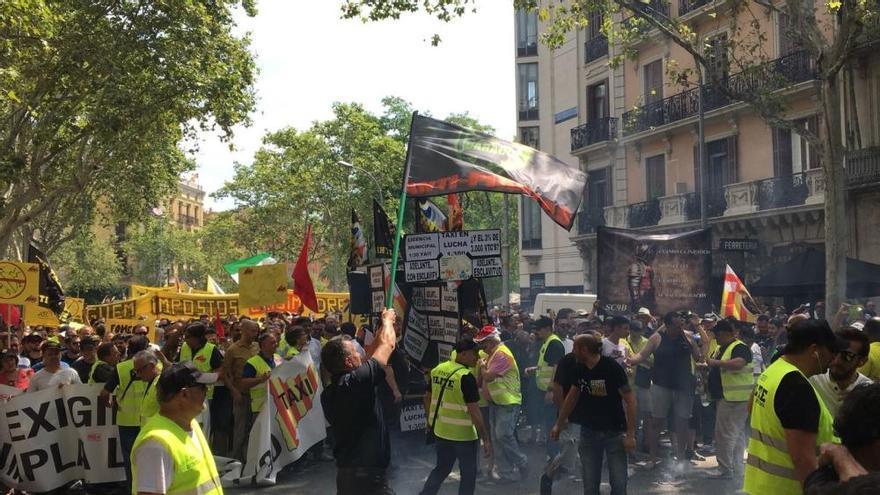Uber y Cabify detienen su actividad en Barcelona por agresiones de taxistas
