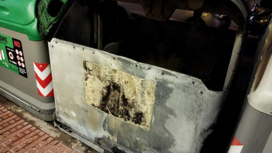 Arden dos contenedores en Ibiza por causas desconocidas