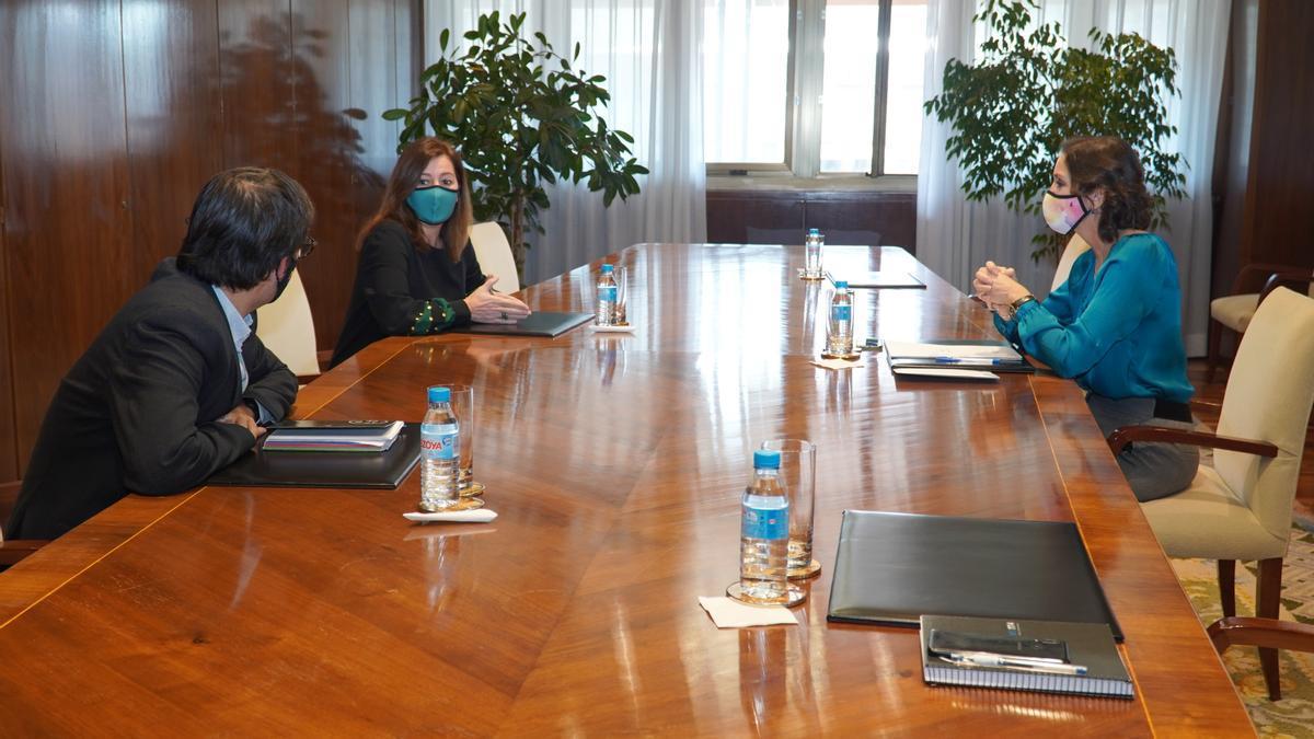 La presidenta Francina Armengol y el conseller Iago Negueruela con la ministra Reyes Maroto.