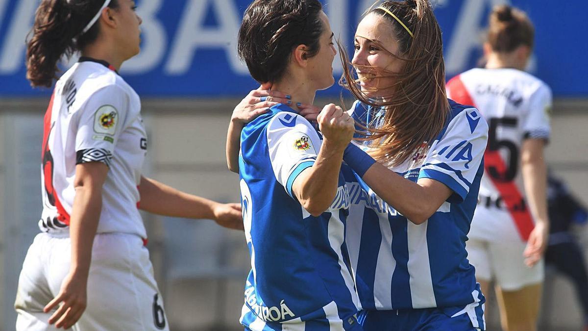 Alba y Athenea se abrazan tras uno de los goles de ayer.    // CARLOS PARDELLAS
