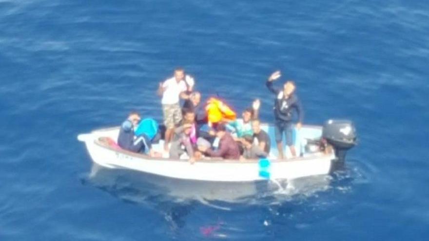 Interceptan dos pateras con 19 personas en Murcia tras ser detectadas en aguas de Alicante