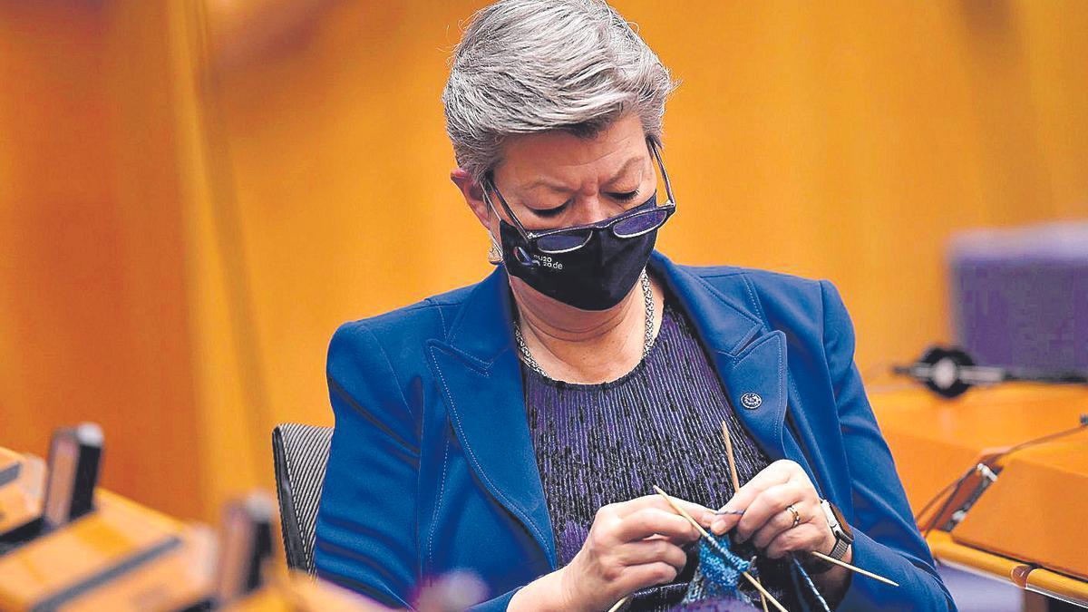 Ylva Johansson, ayer en el pleno de la Eurocámara, haciendo punto mientras escuchaba a los intervenientes.