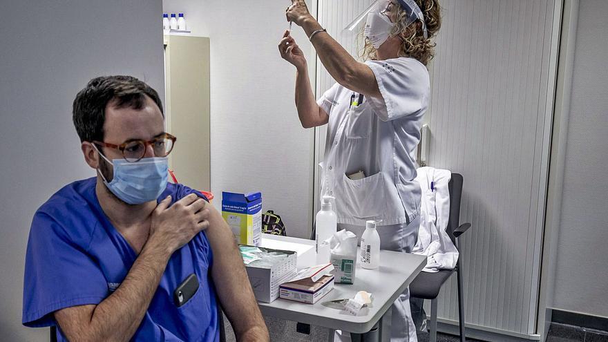 Salud deja sin vacunar a quinientos sanitarios de primera línea de Juaneda