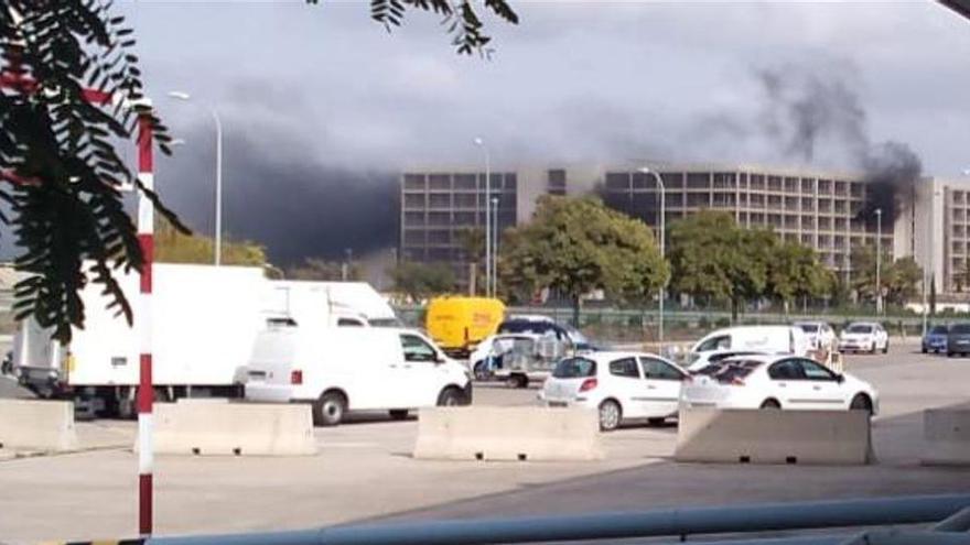 Feuer zerstört vier Fahrzeuge im Flughafen-Parkhaus