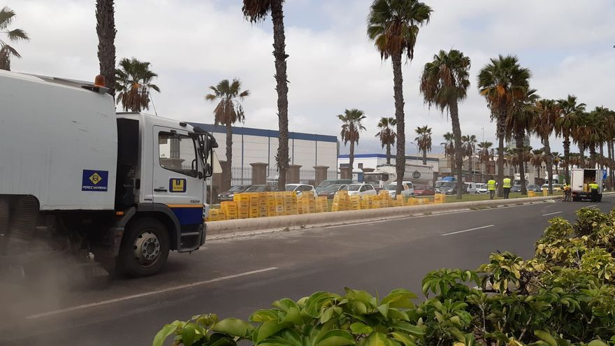Un camión de refrescos vuelca su carga junto a Belén María