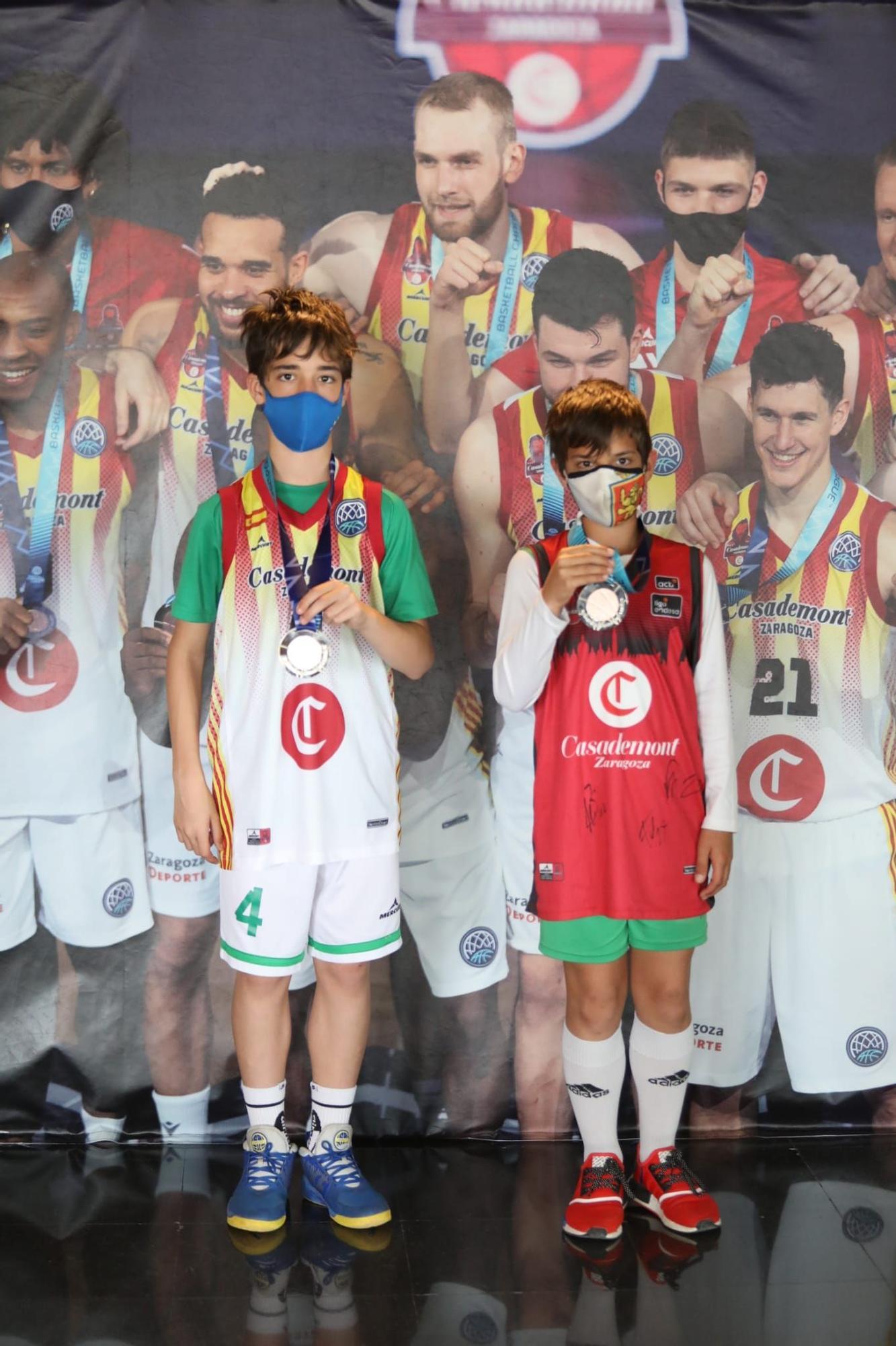 Los aficionados del Casademont se fotografían con la medalla de bronce de la Champion