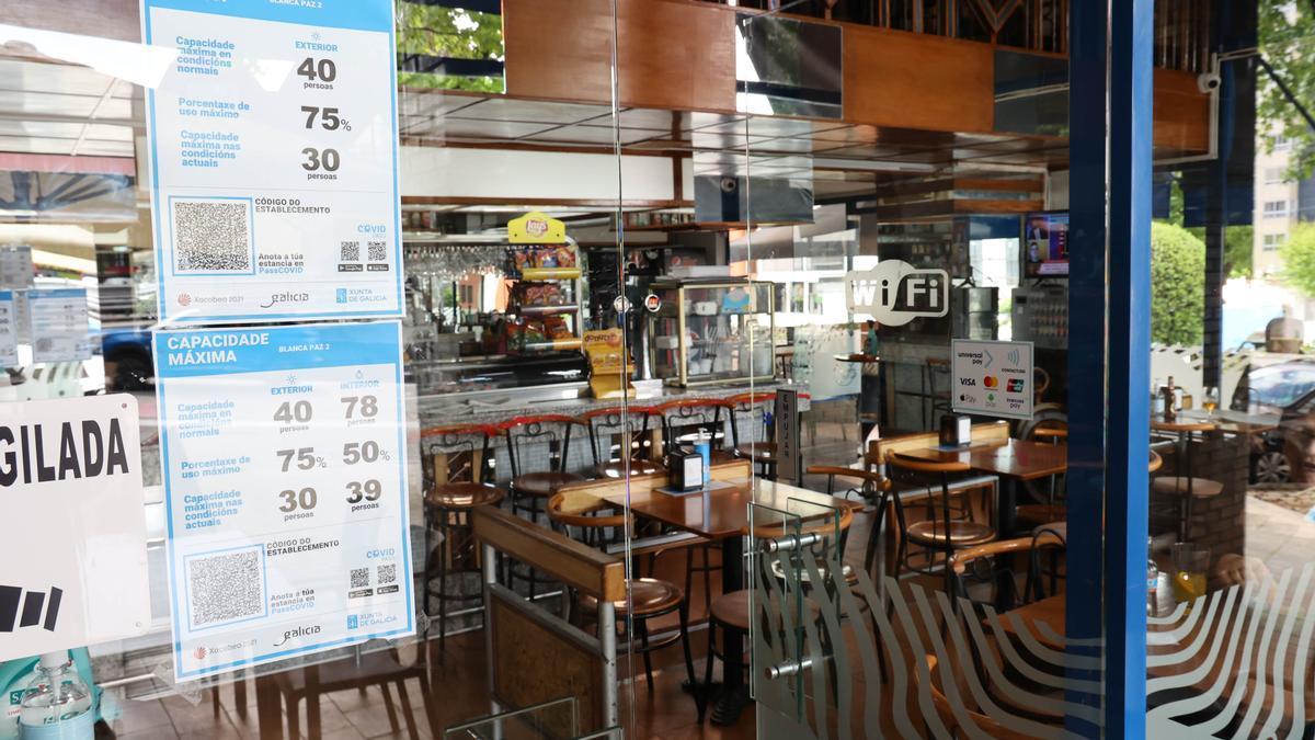 Cartel señalando el aforo en una cafetería de Vigo.