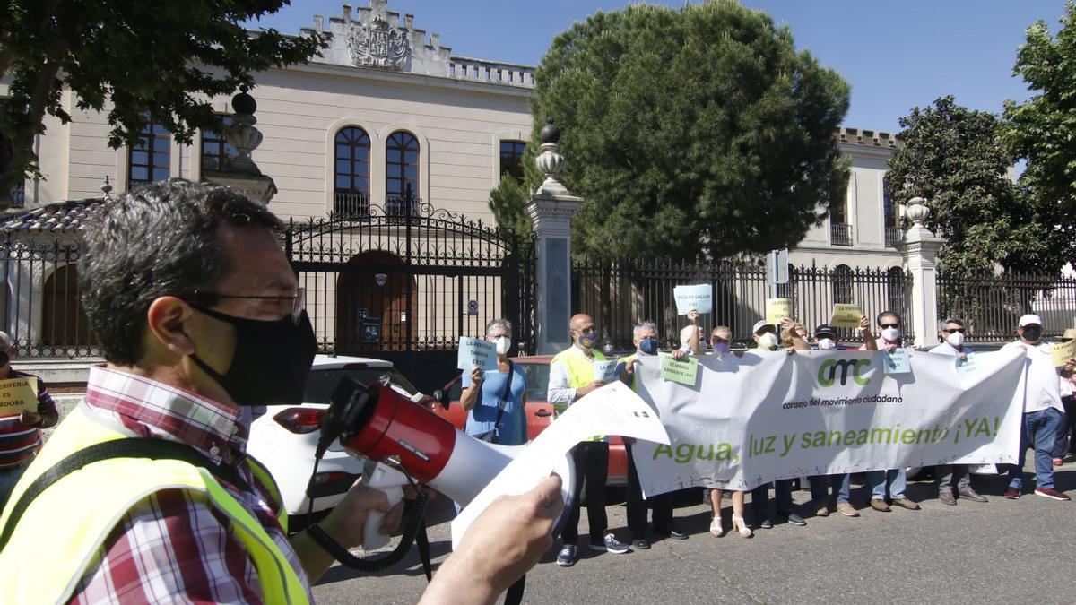 Protesta de representantes vecinales por la paralización de las viviendas de la periferia.