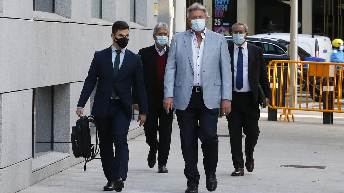 José Baldó, en primer plano con chaqueta clara, y Juan Ferri (detrás a su derecha) junto a sus abogado ayer llegando a la Audiencia Nacional.