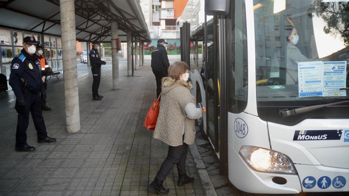Una usuaria entra en un autobús en Pontevedra. / R. Vázquez