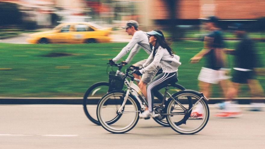 La DGT aclara las 20 normas que todo ciclista debe cumplir y las multas por infringirlas
