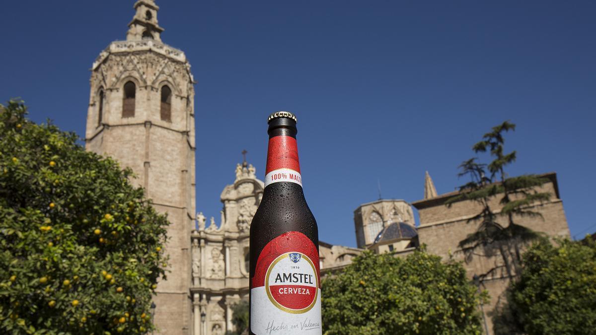 La nueva etiqueta de Amstel en las botellas de Valencia.