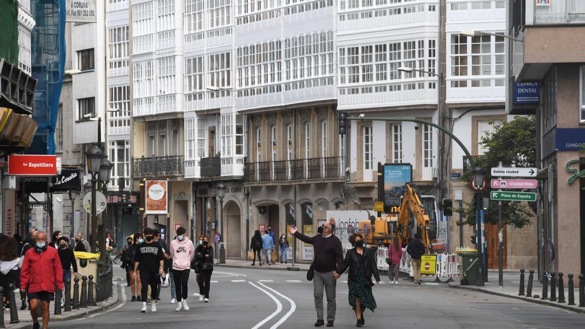 Peatones por la calzada en la calle San Andrés. / Carlos Pardellas