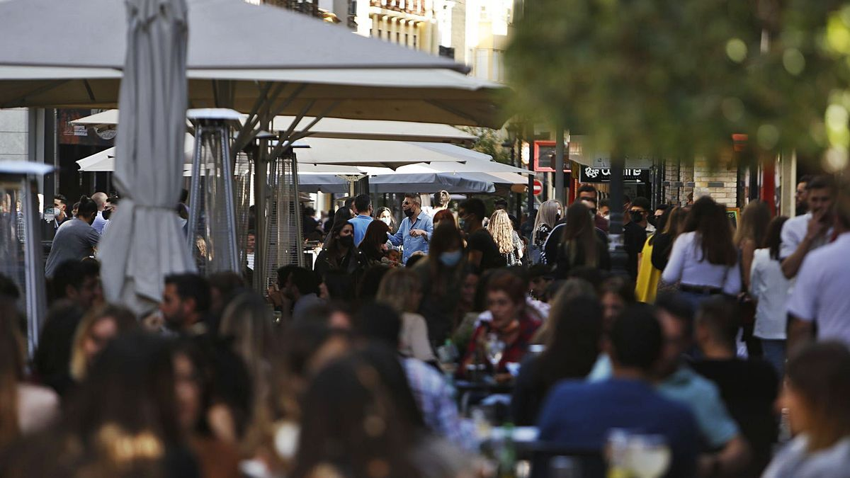 Las discotecas y pubs con permiso de apertura hasta las 22 horas registraron un lleno absoluto durante el sábado por la tarde.