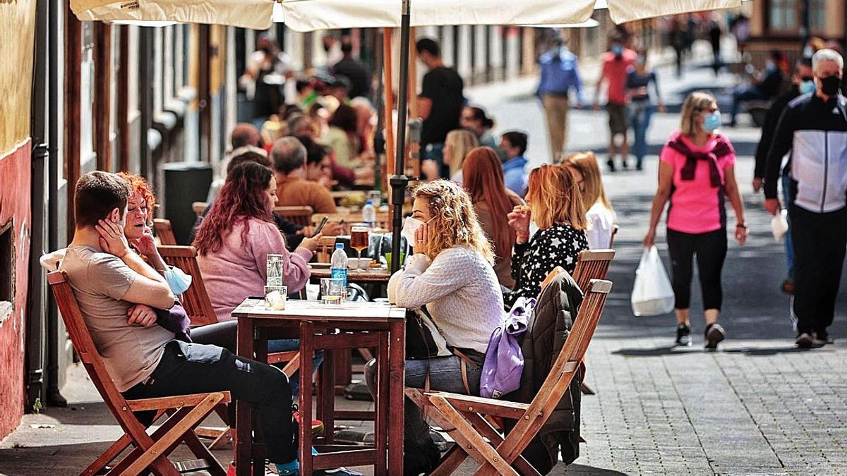 Gente en la terraza de un bar en La Laguna. | | MARÍA PISACA