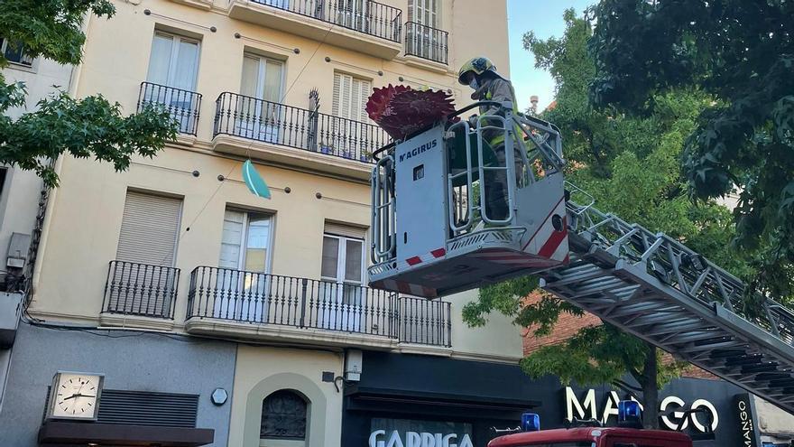 Expectació al carrer Guimerà per la retirada d'un cartell